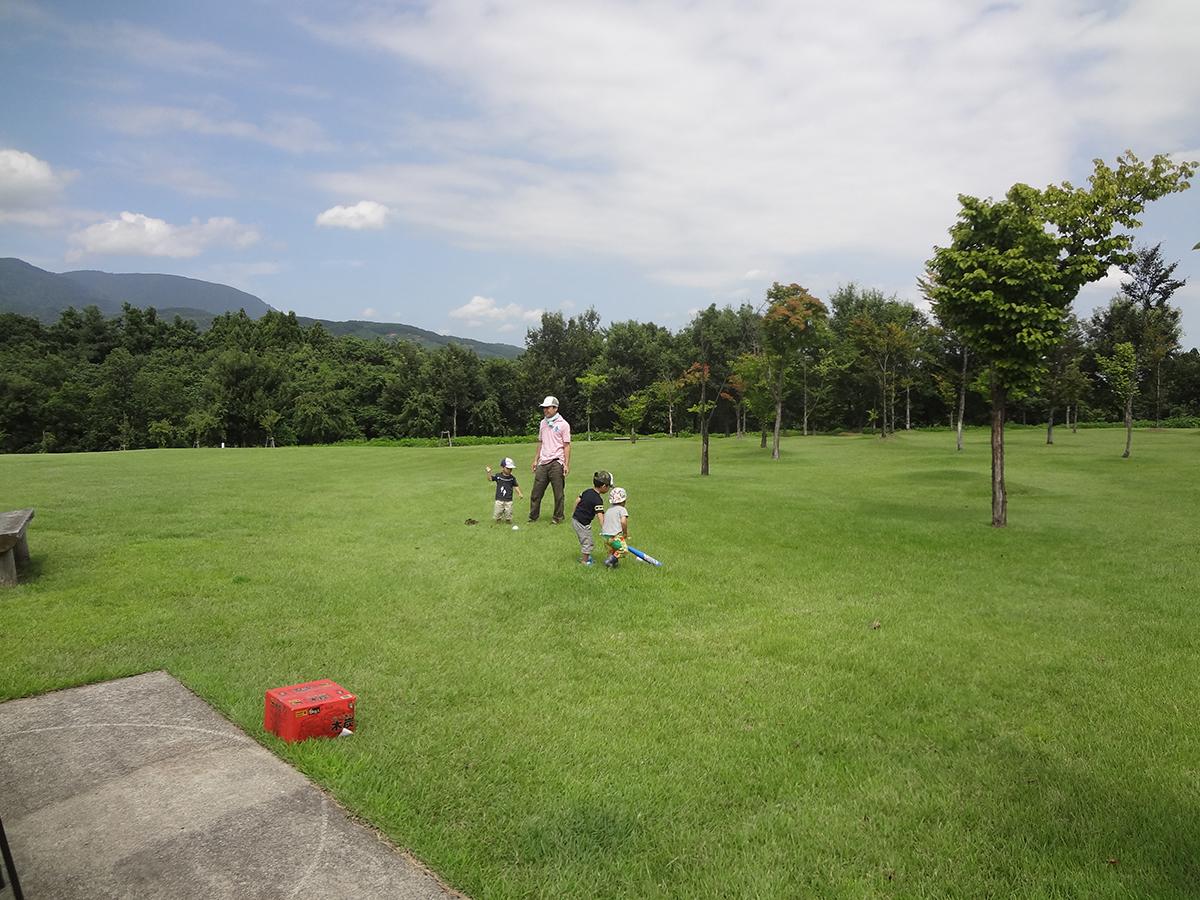 メンバーのお子さんは、バーベキューが始まるまで芝生で遊んだりもしていました。