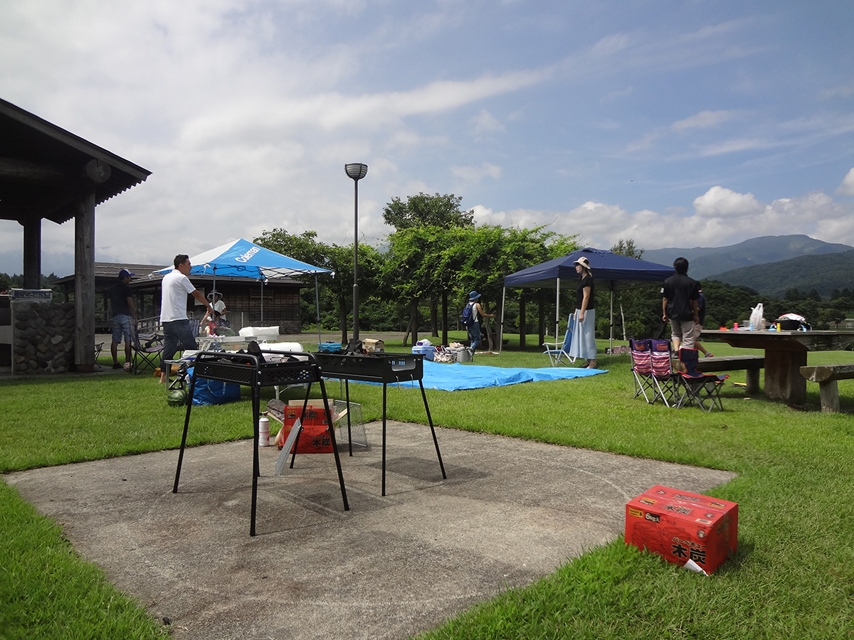 その間、大人たちはテントを移動させたり、食材を準備したりと、いつでも始められるようセットしていました。