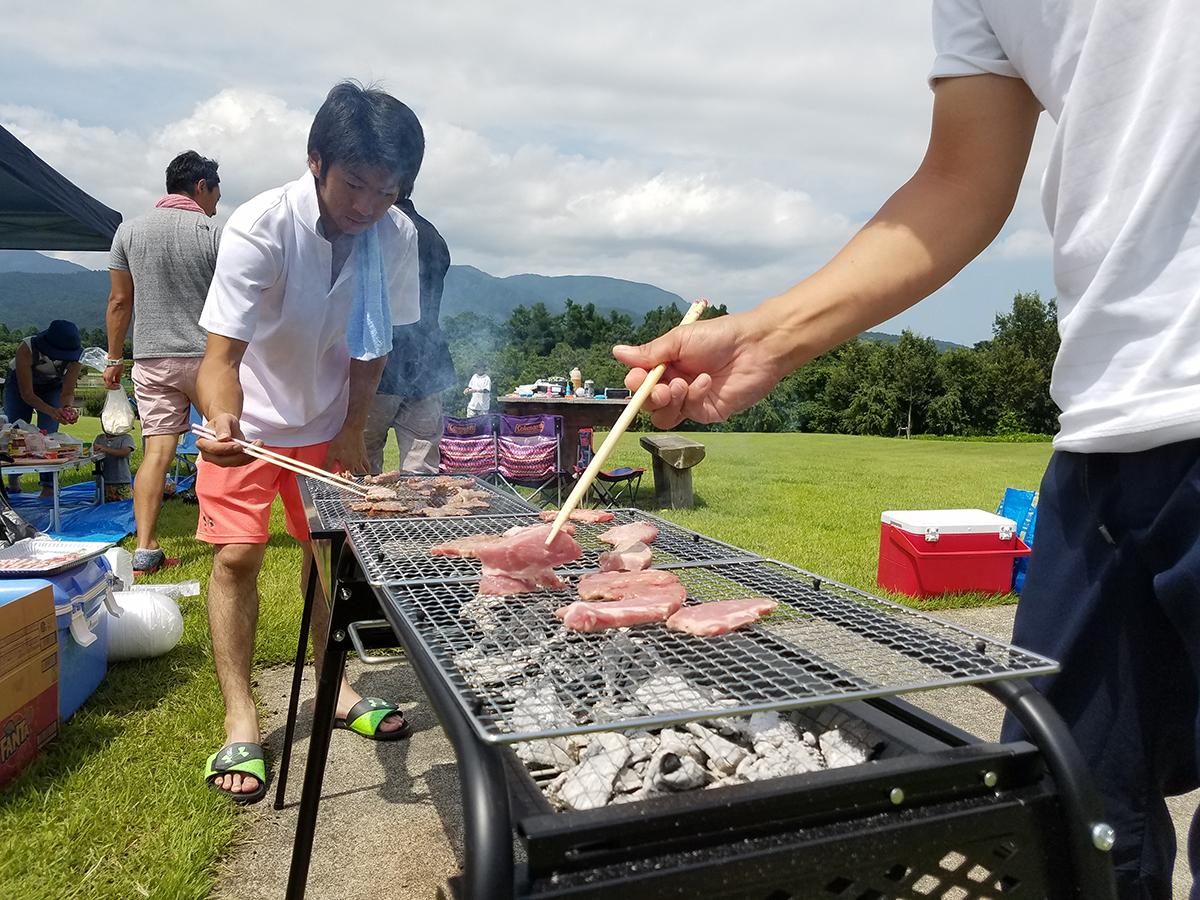 稲生委員もお肉を焼きながら、それぞれのテーブルに焼いたお肉を届けていました。
