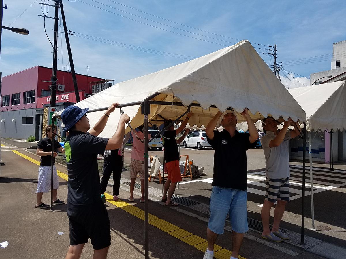 水風船を一定数作り終えて、あとは当日を迎えました。みんなで、会場用のテントを組み立てています。