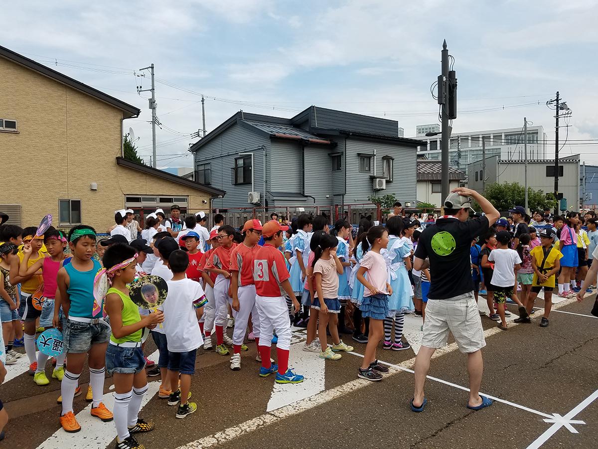 まもなく小学生の部の開会式です。野球などスポーツのユニフォームのほか、男性アイドル、メイド、ナース、流行りの芸人さんなど、ユニークなコスプレが目を引きました。