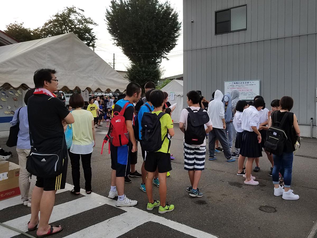 小学生の部が終わるころ、会場テント付近には中学生の参加者の皆さんの姿が既にありました。