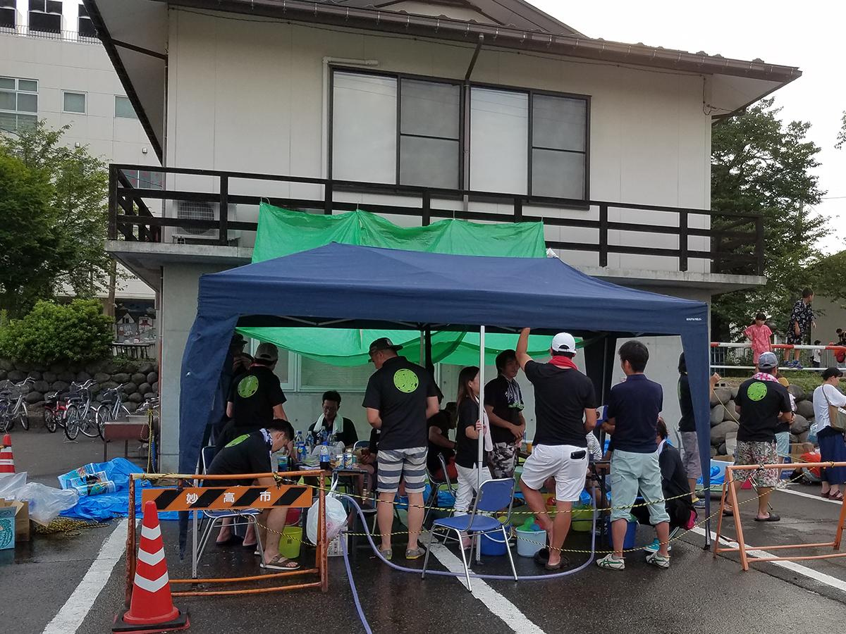 水玉作り用のテントでは、中学生の部・一般の部に備えて水玉の補充作業をしていました。