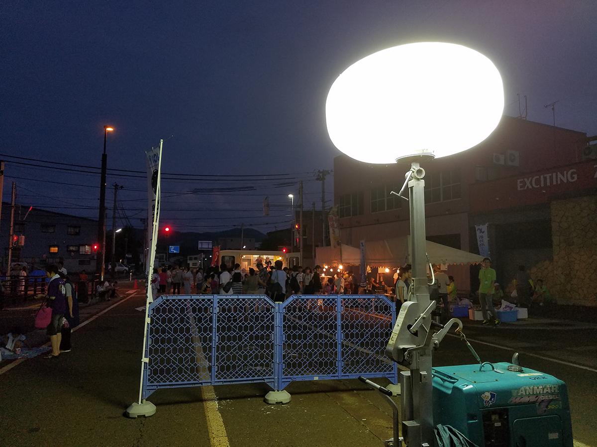 あたりは日も暮れ、バルーン型ライトの出番です!