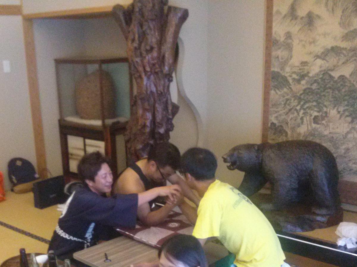 安原委員長(中央)と乗木委員(右)が腕相撲をしています!