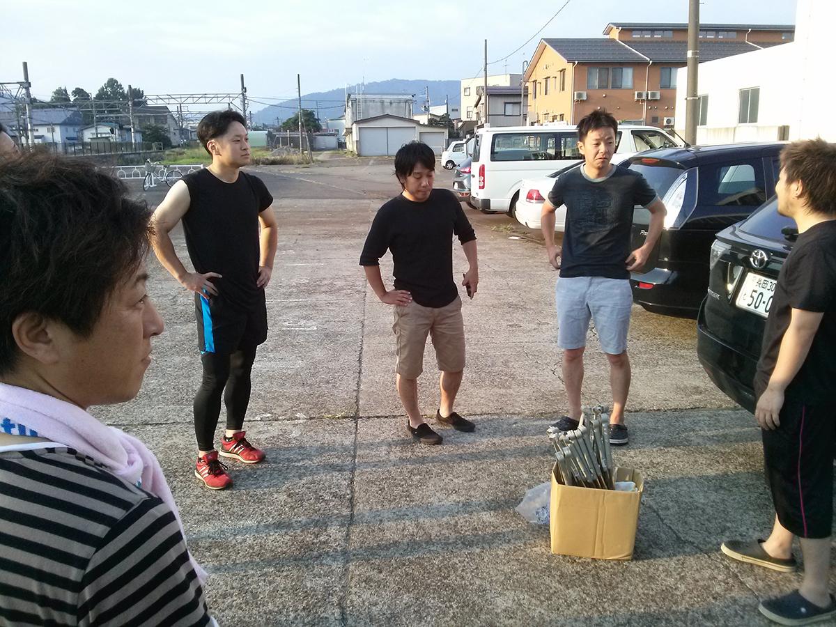 大綱かつぎの翌朝、新井駅前から清掃活動のスタートです。