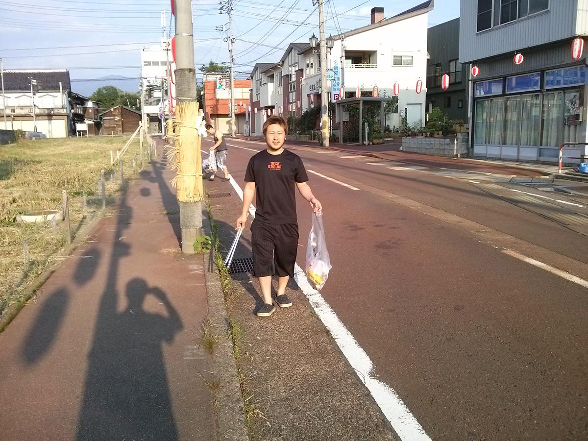 丸山委員長も、袋にいっぱいゴミを集めてきました。