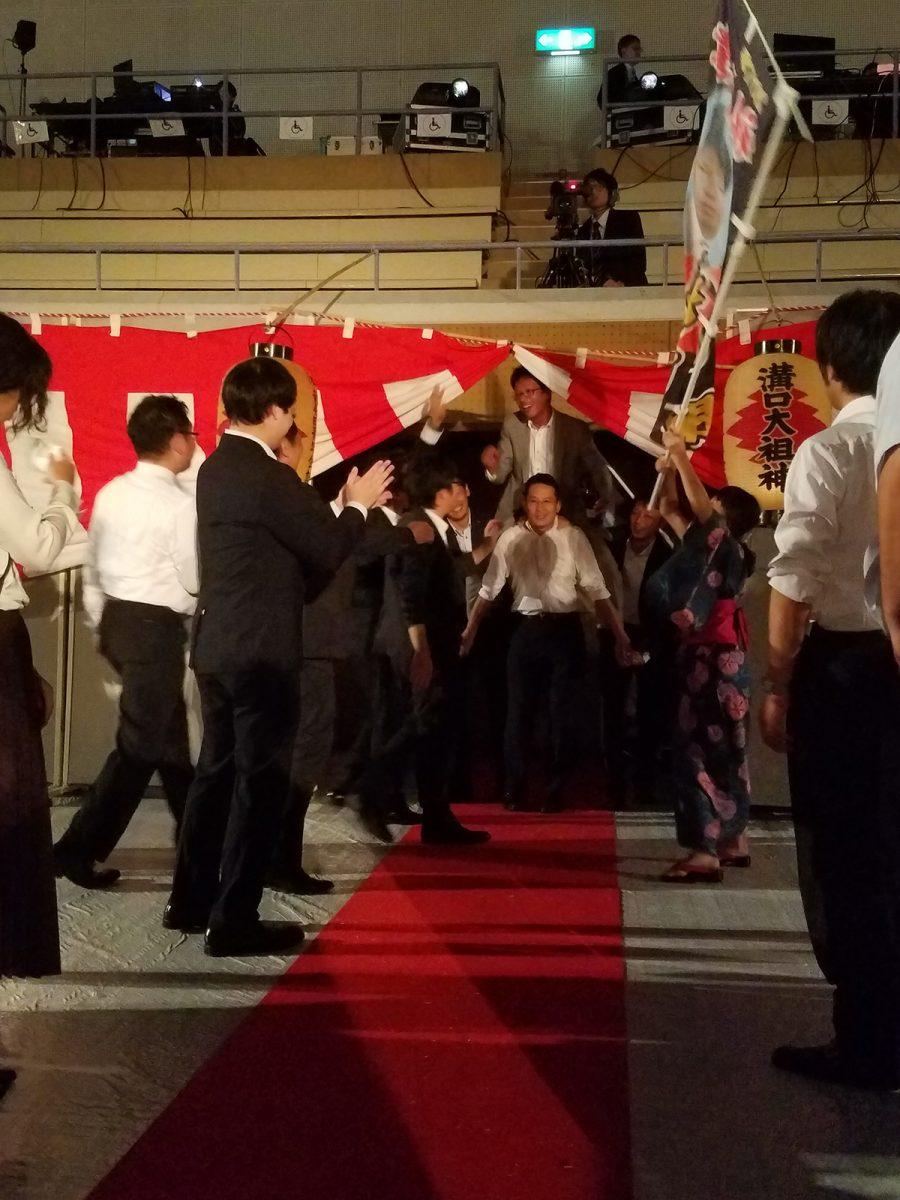 妙高青年会議所からは、2015年度理事長でもある横山監事が先陣をきりました。小林副理事長(中央)らメンバーが騎馬戦の騎馬のようにして、しっかりと担いでいます!