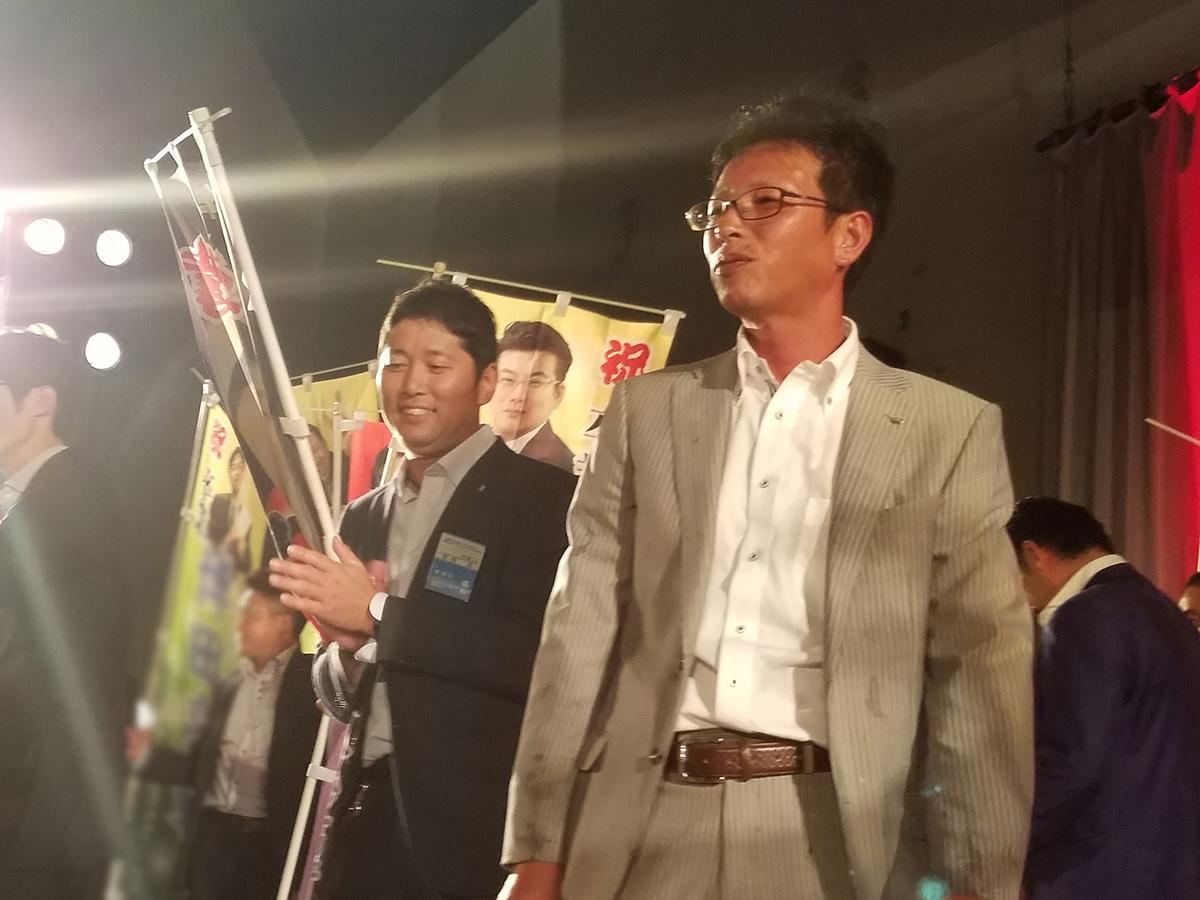 ステージ上まで無事に担ぎ上げられた菅野副委員長(左)と横山監事です。