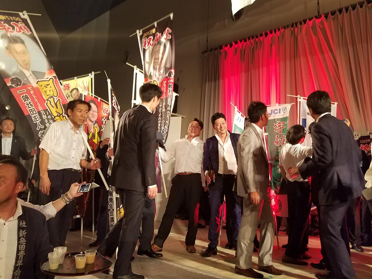 岡山直前理事長や山田委員(ともに中央)も、妙高青年会議所のメンバーによってステージへと担がれてきました。