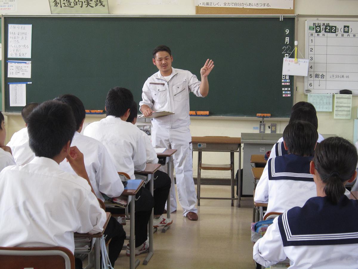 太田副委員長も、身振り手振りで生徒の皆さんに話しています。