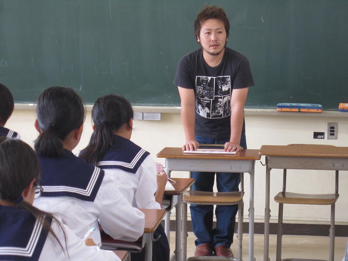 丸山委員長も、多くの生徒さんたちの前でお仕事の説明をしています。