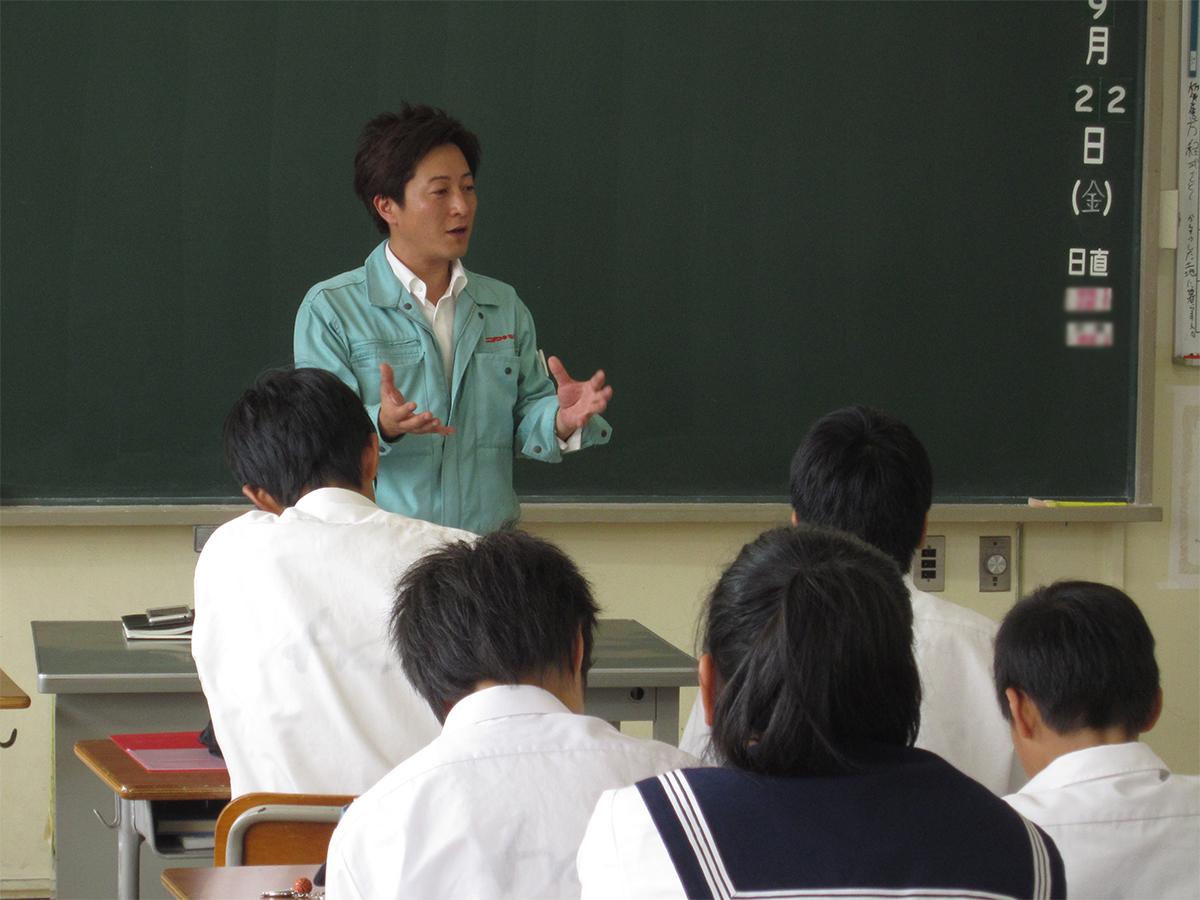 望月副理事長も生徒さんたちの顔を見ながら講話をしています。