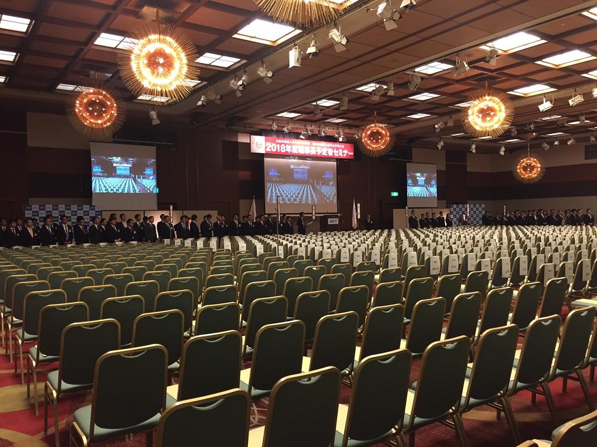整列されたたくさんの椅子!規模の大きさがうかがえます。