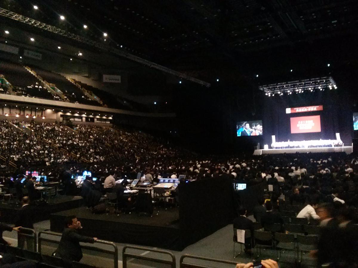 大会式典・卒業式が行われる会場には、全国各地から多くの参加者の方々が集まりました。