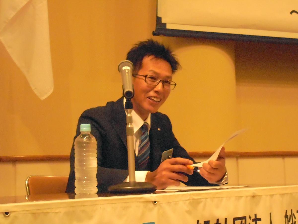 カメラに対して笑顔を見せてくださった横山監事。仕事とJCの両立や、地域の課題との向き合い方のアドバイスもありました。