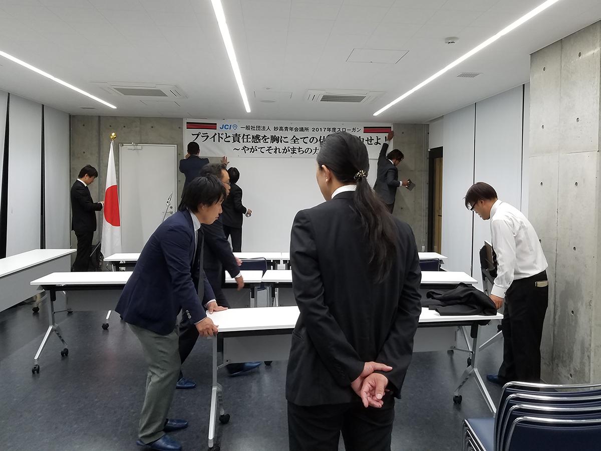 安原委員長(右)率いる連携推進委員会の皆さんを中心に、例会の設営が行われています。