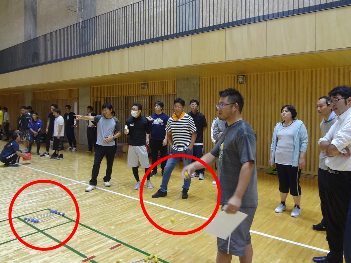 こちらは、両端に弾むボールがついたロープ状のものを、柵にかけるように投げる競技でした。