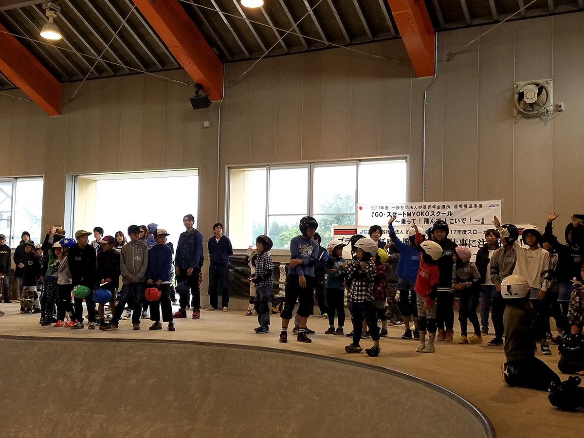 「初めての人ー!」「@@なら出来る人ー!」手を挙げている様子を見ると、何名かはスケートボードを経験されている方も。
