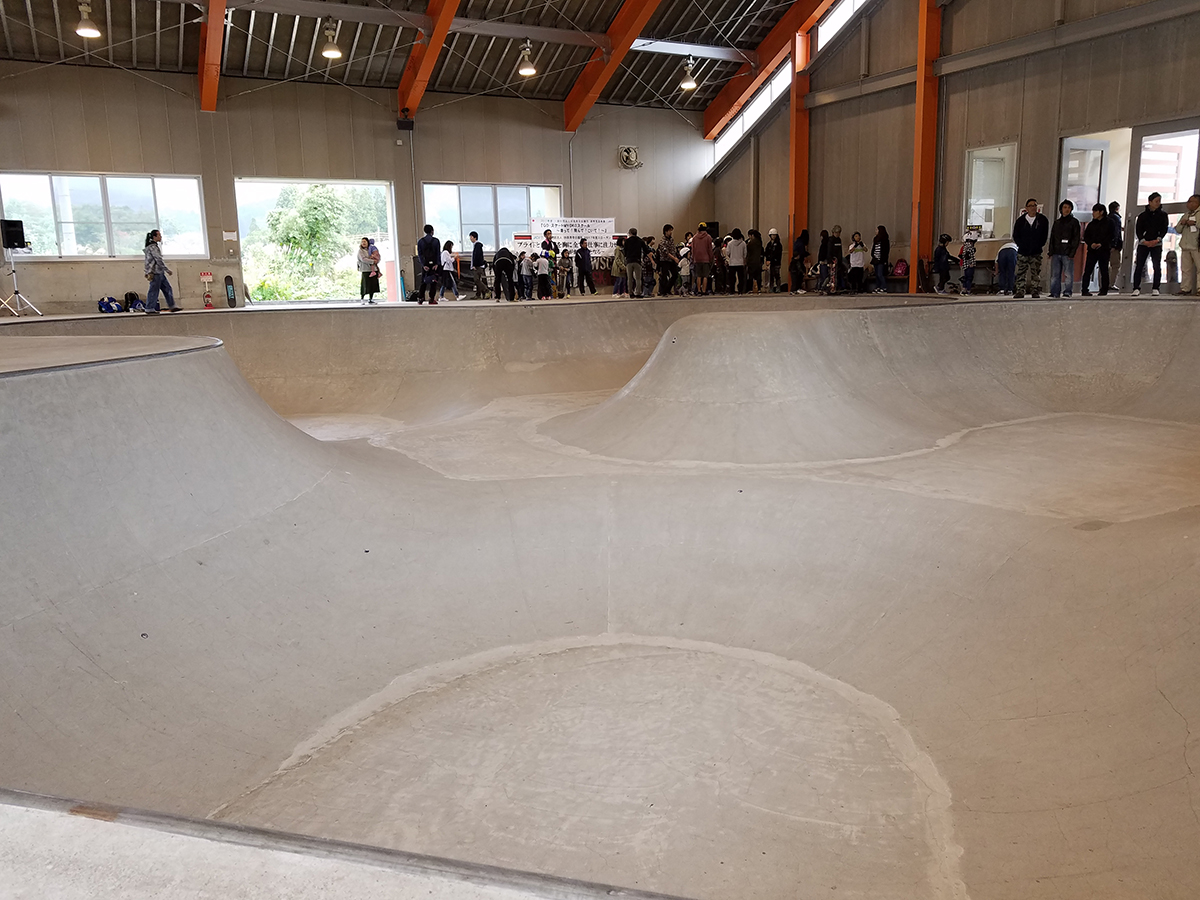 見てください!練習を重ねると、この「くぼみ」のような場所をスケートボードで乗りこなす方もいるのだそうです。