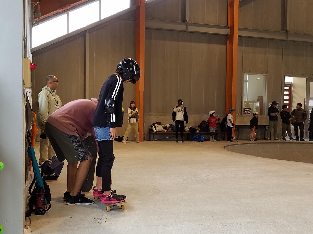 スケートボードでの足の乗せ方や、