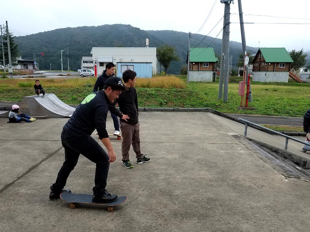 太田副委員長(手前)は、最初は転びそうになりながらも、経験者のメンバーから「こうやって、こうやるんだよ」と指導を受け、数十分後には安定して乗りこなしておりました。