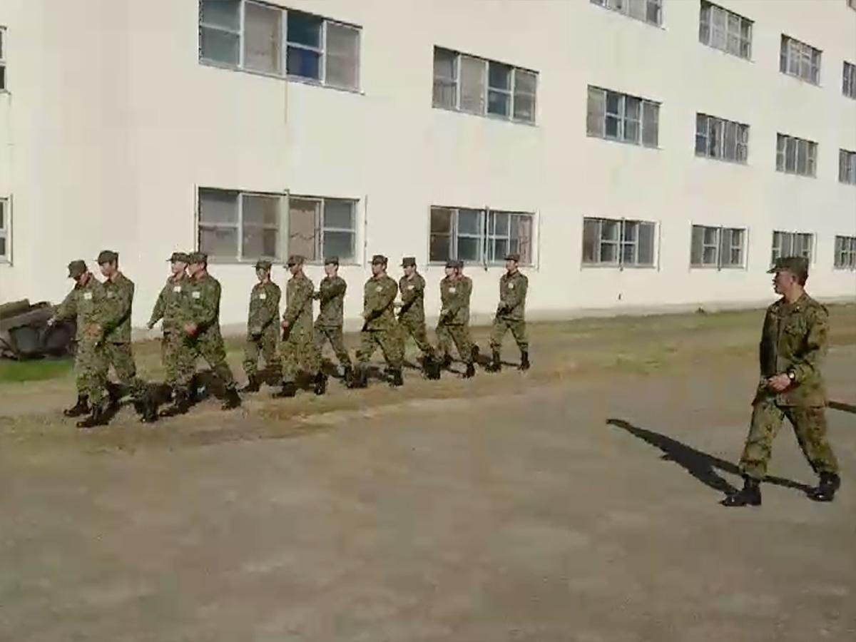 自衛隊の方にもご指導いただき、隊列を崩さずに行進しました。