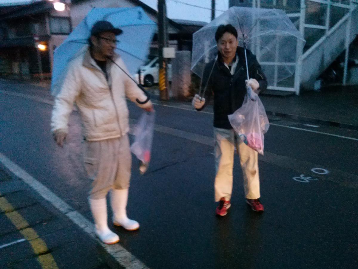 早朝から、くまなく回ってゴミを回収するメンバーたち。