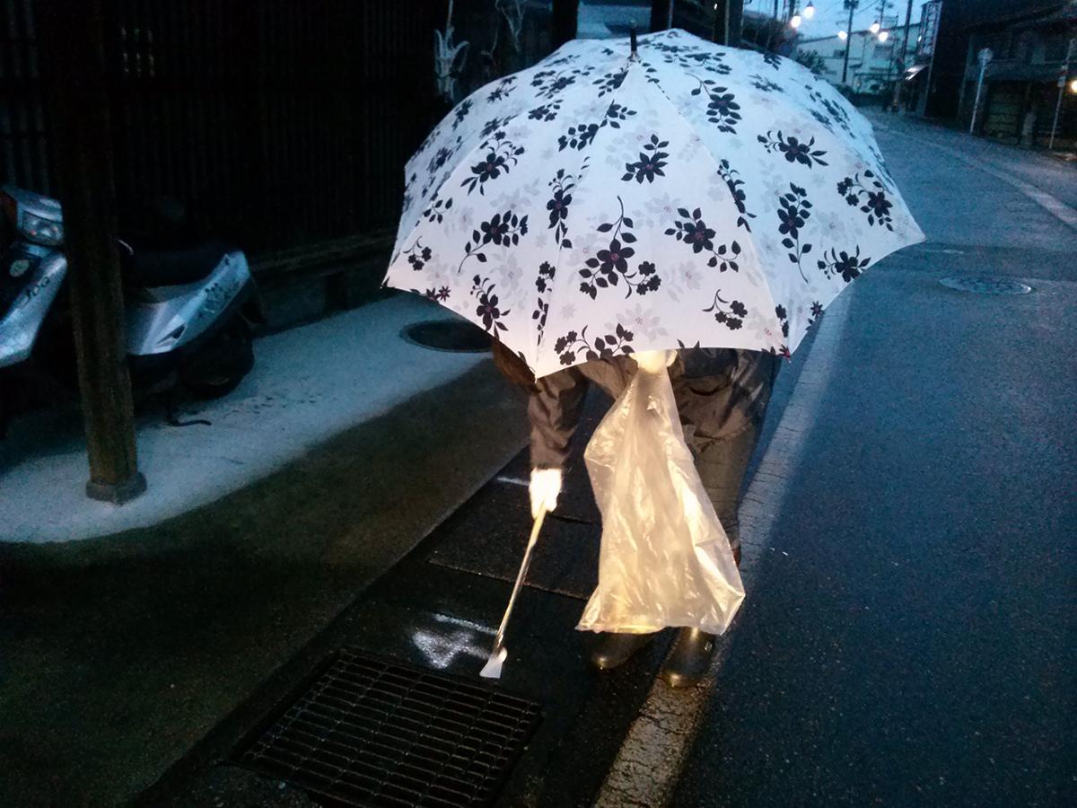 雨の中、傘をさしながら頑張りました。