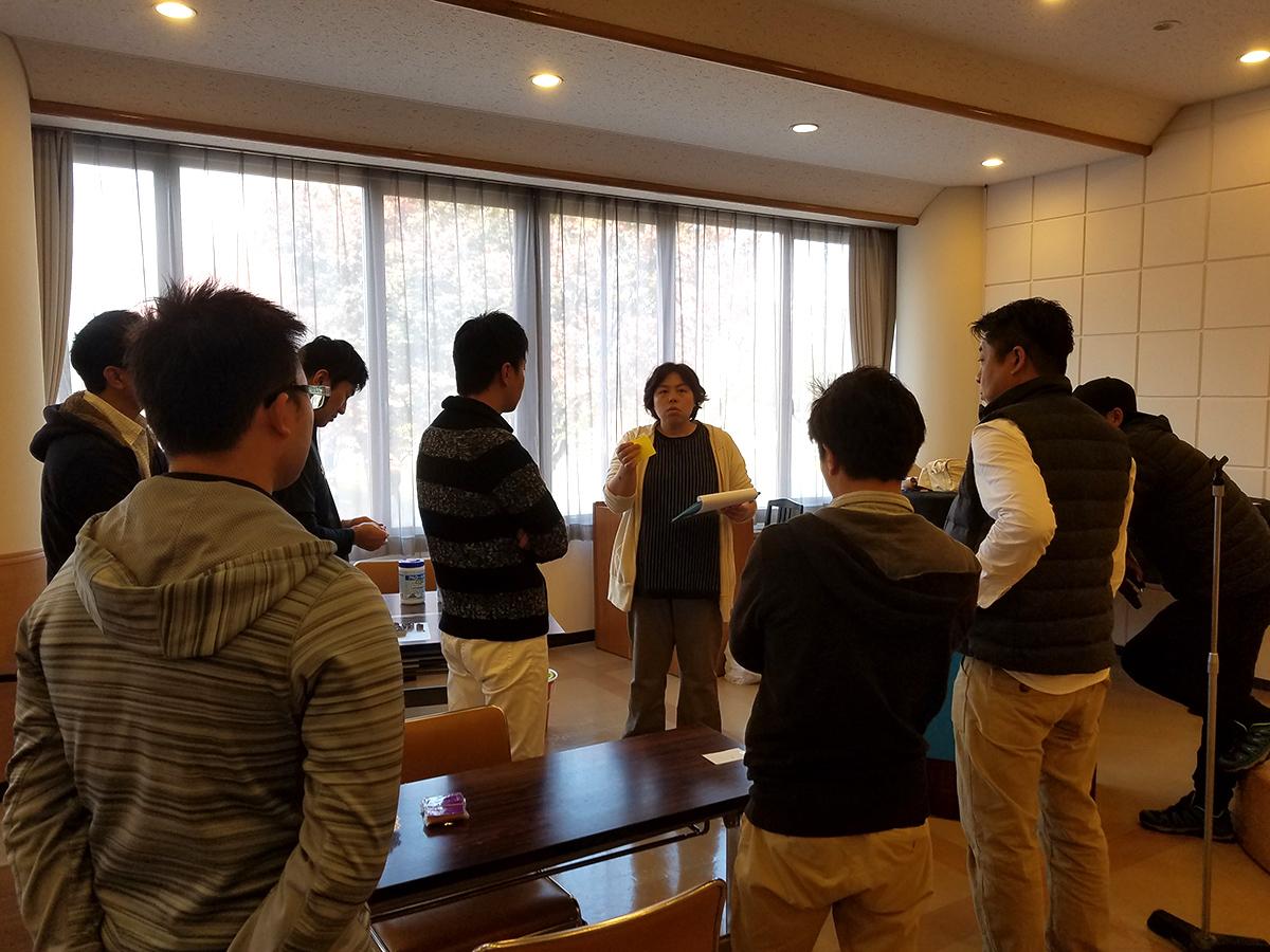 まちの力醸成委員会の小林委員長(中央)が、当日の流れや役割分担を説明しています。