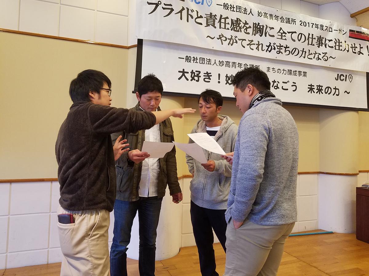 北村副委員長(左)も各担当者に細かく指示を出していました。