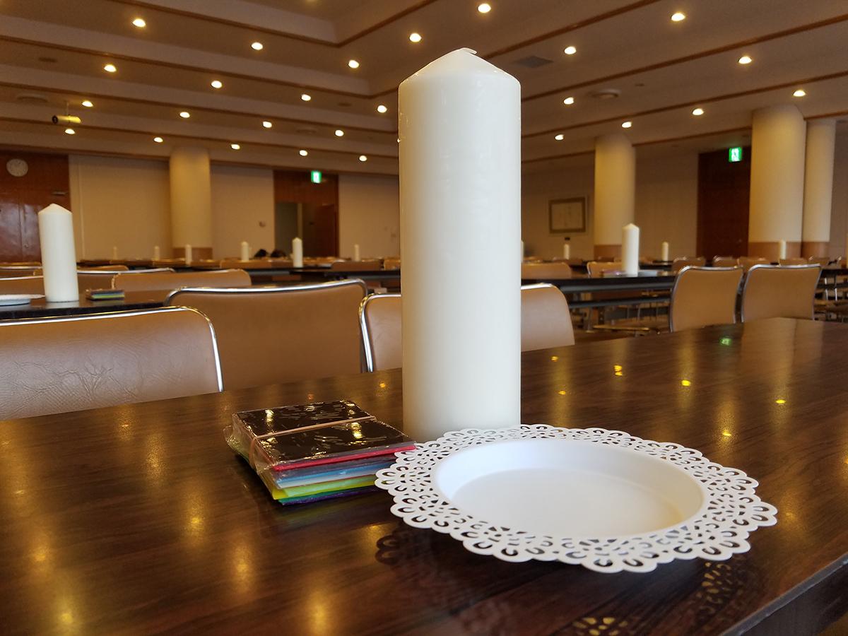 この日の事業で使われるのはこちら。各テーブルに大きなキャンドルが置かれていました。