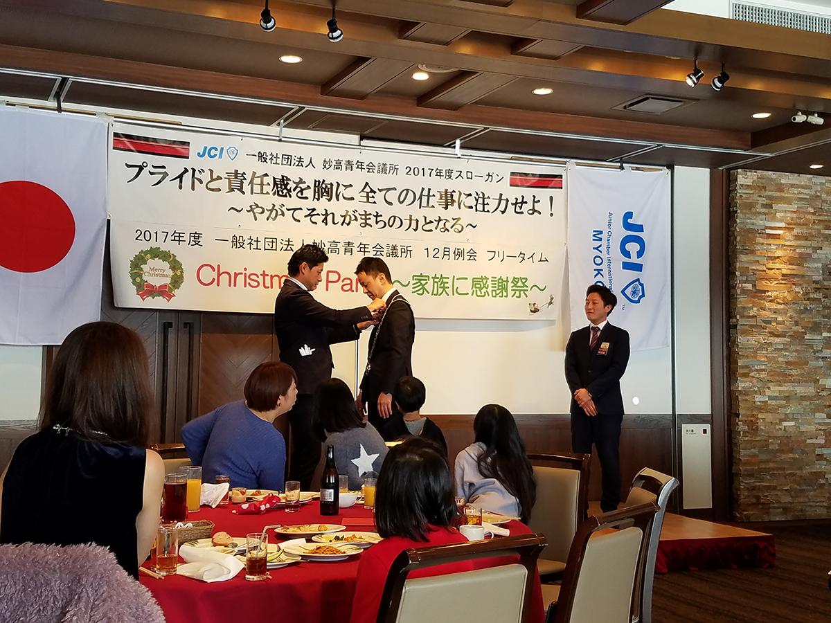 まずは岡山理事長から中田理事長へ直前理事長バッジが贈られ、中田理事長から岡山直前理事長へは理事長経験者バッジが贈られました。
