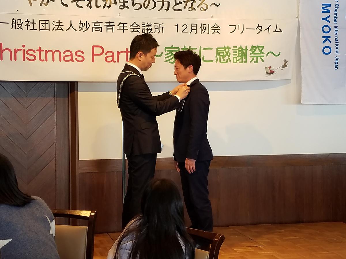 続いて、中田理事長から望月次年度理事長へ、理事長バッジが贈られました。