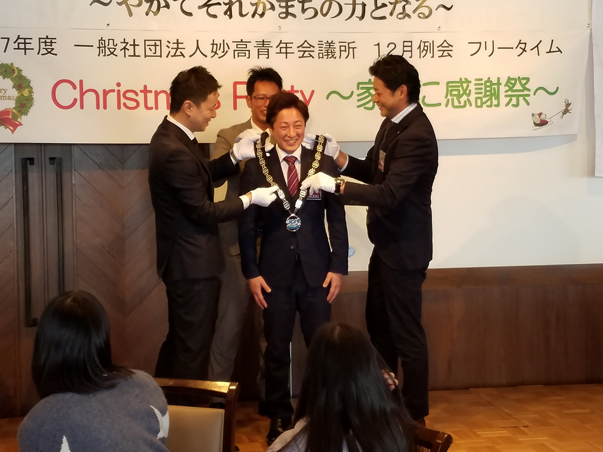 そして、横山監事、岡山直前理事長、中田理事長の3名から望月次年度理事長へ「プレジデンシャルリース」が贈られました。