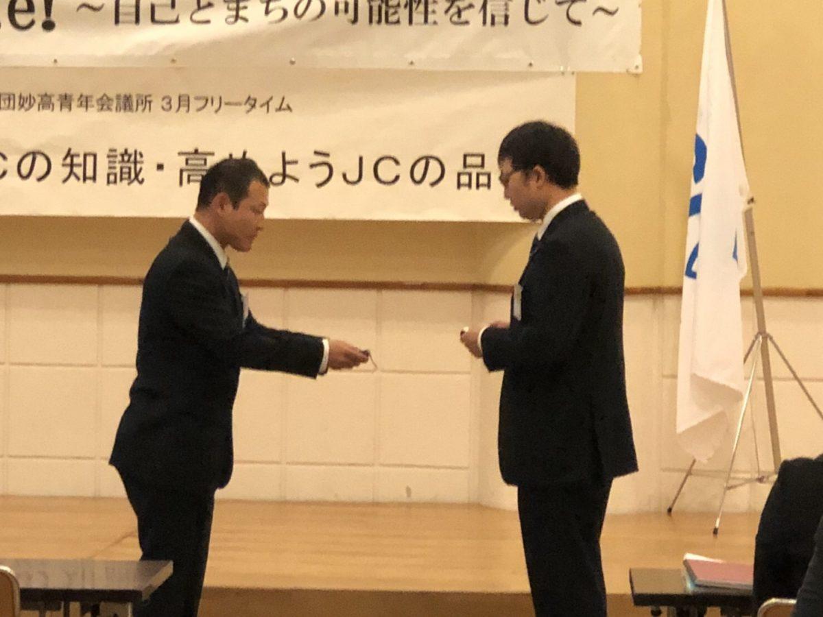 模擬名刺交換をする田中幹事と内田委員