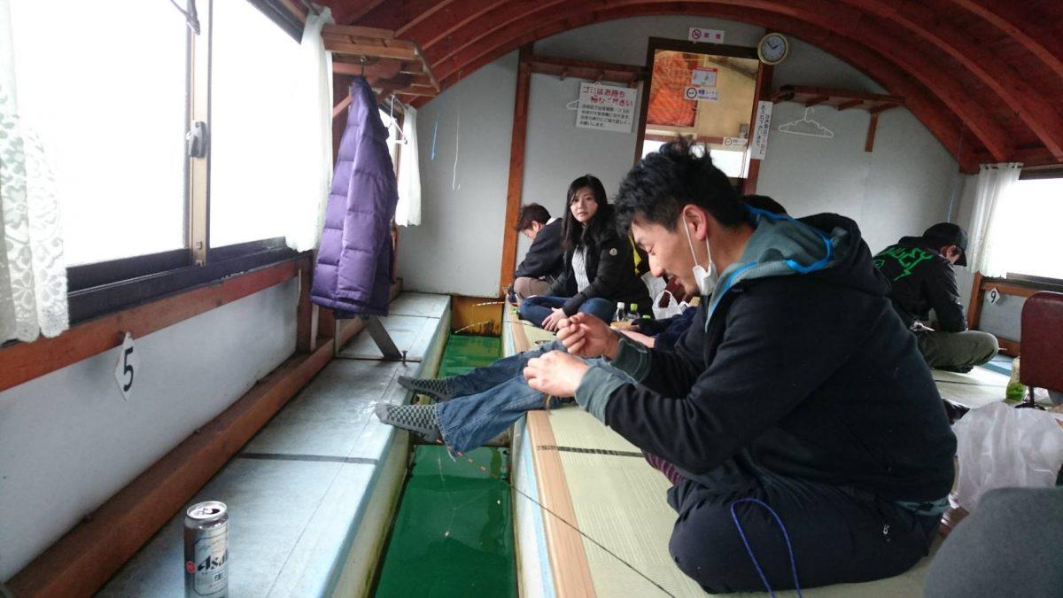 みんなワカサギ釣りに熱中しております。